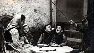 Стара фотографија од амкање јајце во македонско семејство