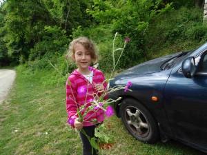 фото: Митко Спироски, јуни 2016, Лешок, внуката со цвеќе од Шара