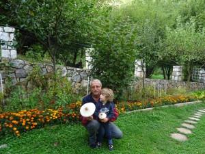 Дедо Мите и внукот Стефан со печурките сончарки