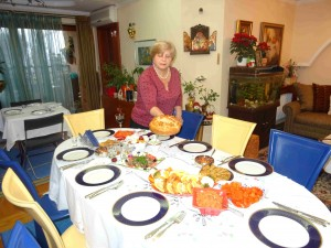 Лешок-Скопје, 04. декември 2016, Домаќинката го принесува славскиот колач на трпезата на домашната слава-Пречиста на домаќините Митко и Славица Спироски