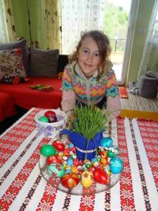 Фото: Митко Спироски, Лешок, Вапцани јајца од баба Славица и внуката Луна за празникот Велигден 2017