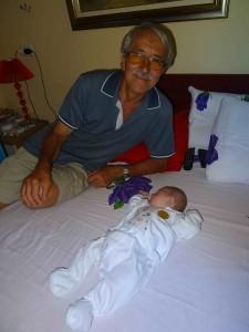 фото: Митко Спироски, Лешок, 07 Август 2017, На вучето Давид дедо Мите му подарува златник