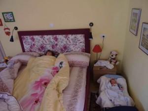 фото: Митко Спироски, Лешок, 22 Август 2017, Слатко спијат братчињата Стефан и Давид во спалната на баба Славица и дедо Мите