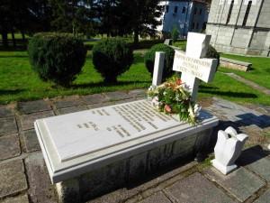 Гробот на јеромонахот Кирил Пејчинович во Лешочкиот манастир со текст од  епитафот на нова мермерна надгробна плоча